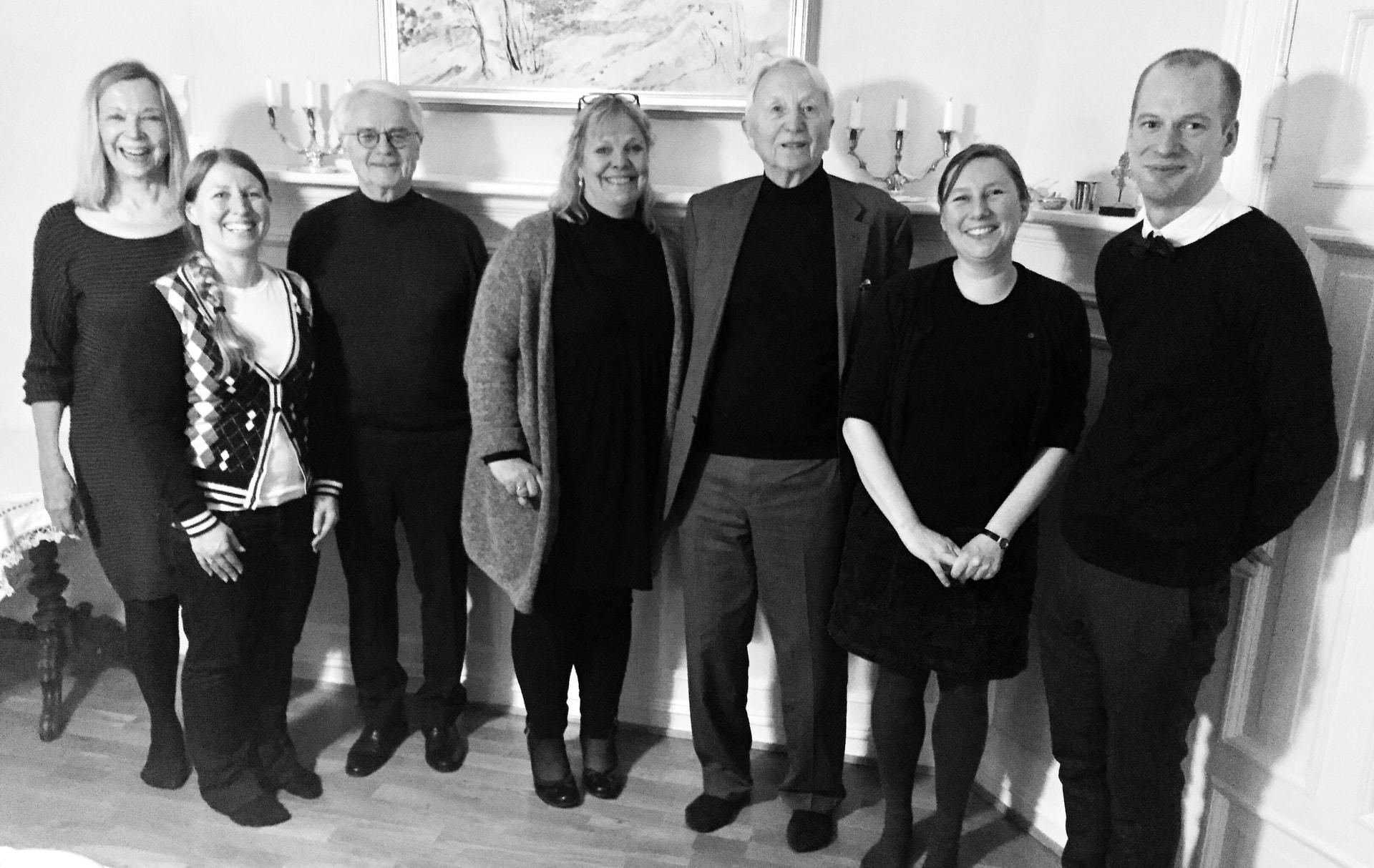 Bilde: Letten Foundation (LF) og Akademiet for Yngre Forskere (AYF) samarbeider om prisen. Fra venstre: Borghild Roald (LF), Guro Lind (AYF), Ernst Alsaker (LF), Sidsel Roalkvam (LF), Arve Johnsen (LF), Herdis Hølleland (administrasjon) & Magnus Aronsen (AYF).
