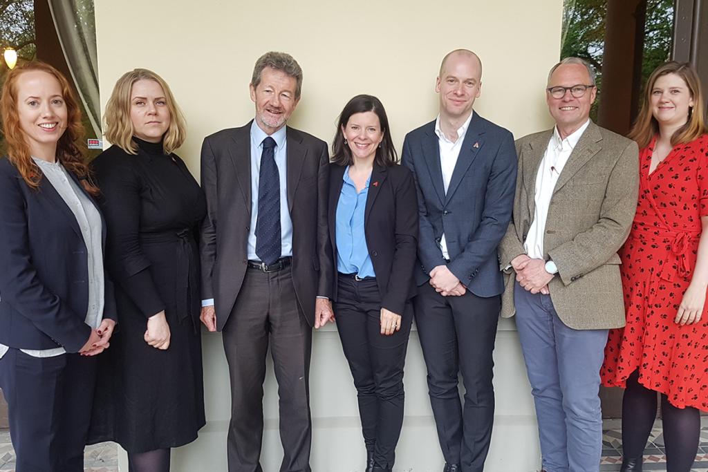 På rundebordsmøte hos DNVA, fra venstre: Kjersti Lohne (AYF), Mari Elken (AYF), Stefan Collini (University of Cambridge), Katerini Storeng (AYF), Magnus Aronsen (AYF), Hans Petter Graver (DNVA) og Sofie Høgestøl (AYF).